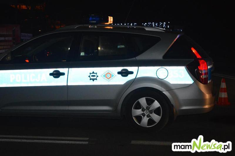 Policja szuka kierowcy, którzy roztrzaskał auto i zniknął