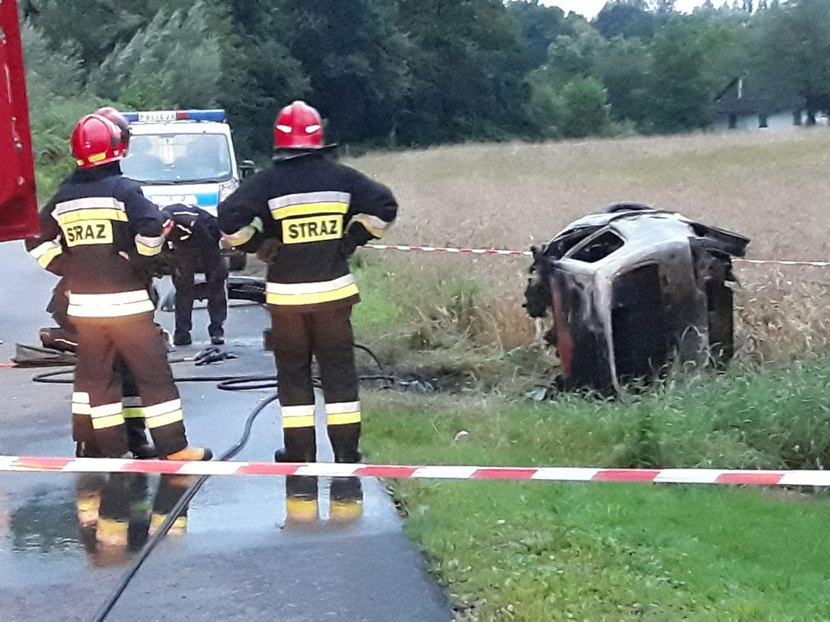 Wypadek w Andrychowie. Auto uderzyło w drzewo i spłonęło [FOTO] [AKTUALIZACJA]