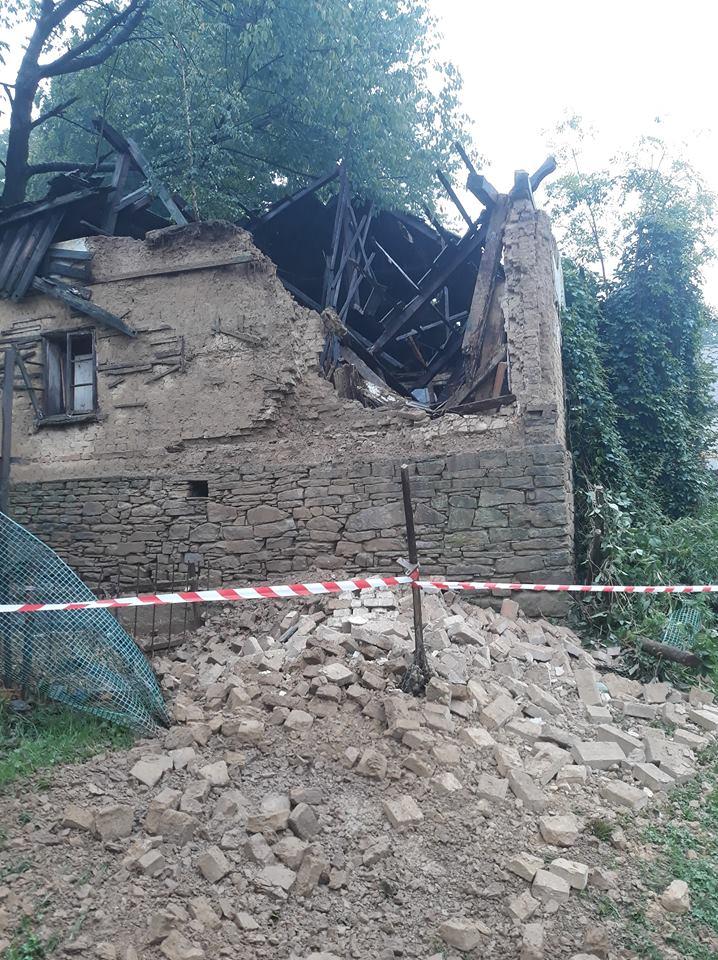Zawalił się dach i ściany budynku mieszkalnego [FOTO]