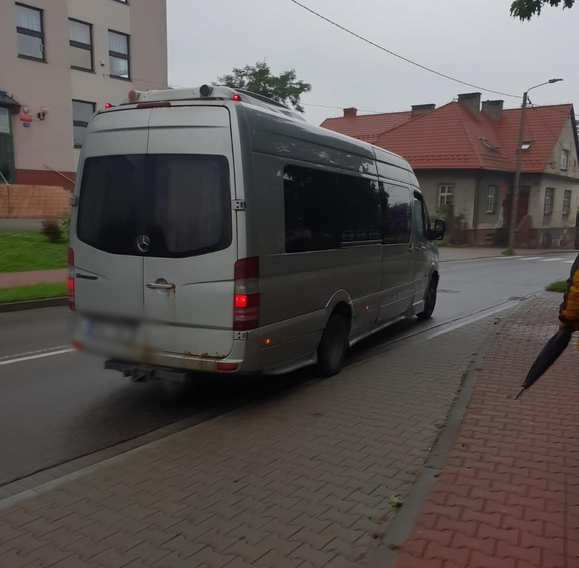 Mokre siedzenia, nieprzyjemny zapach i ogólny ścisk - tak się podróżuje z Andrychowa do Wadowic