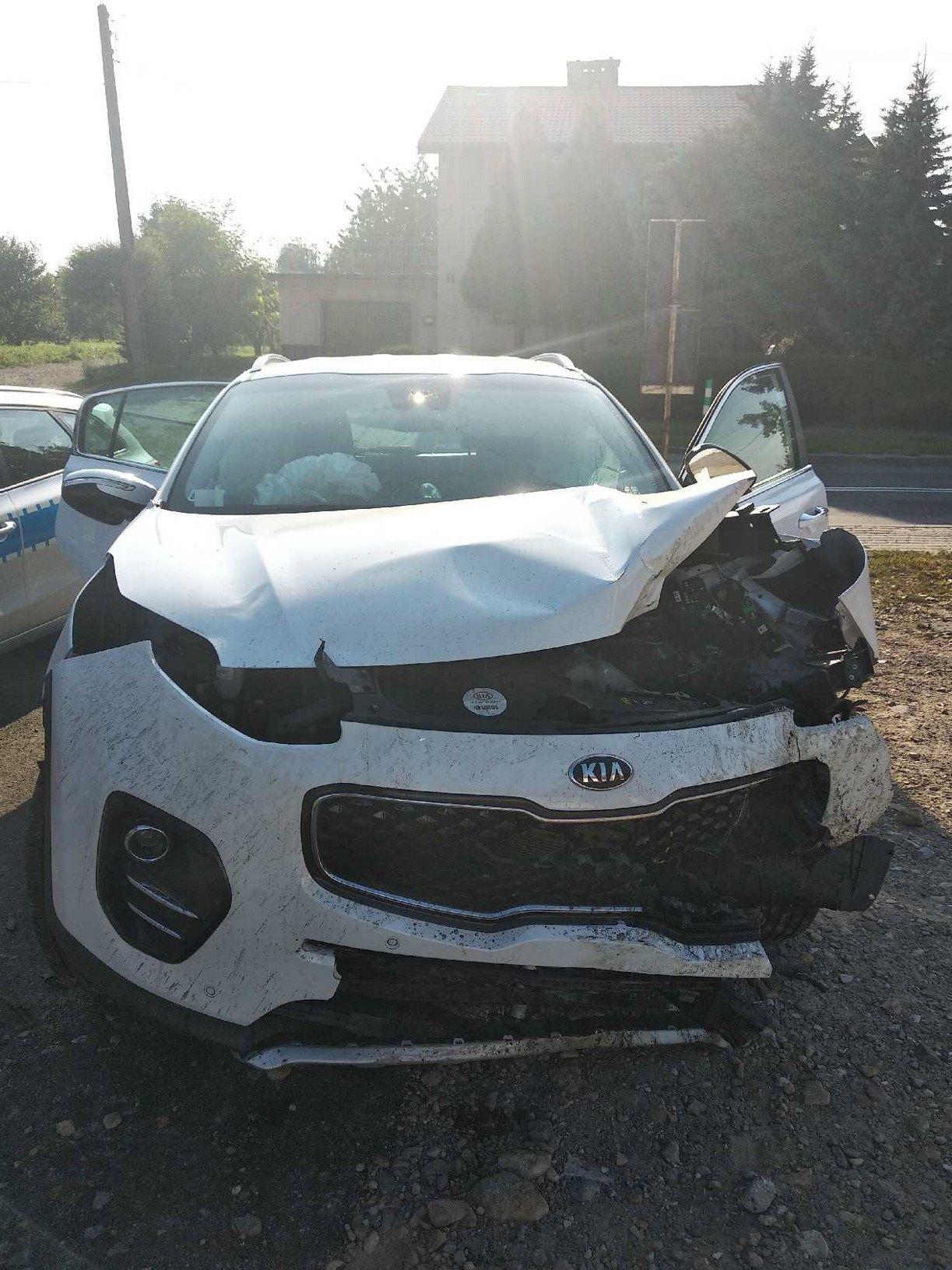 Kierowca zasłabł i uderzył w drzewo