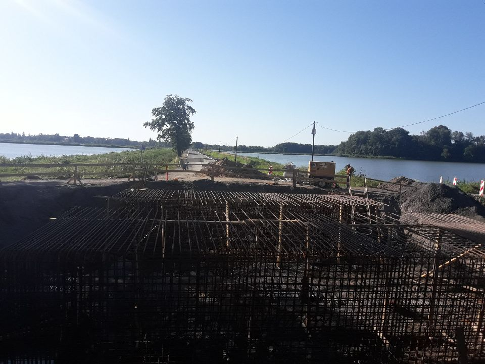 Trwa budowa mostu z Tarniówki do Osieka