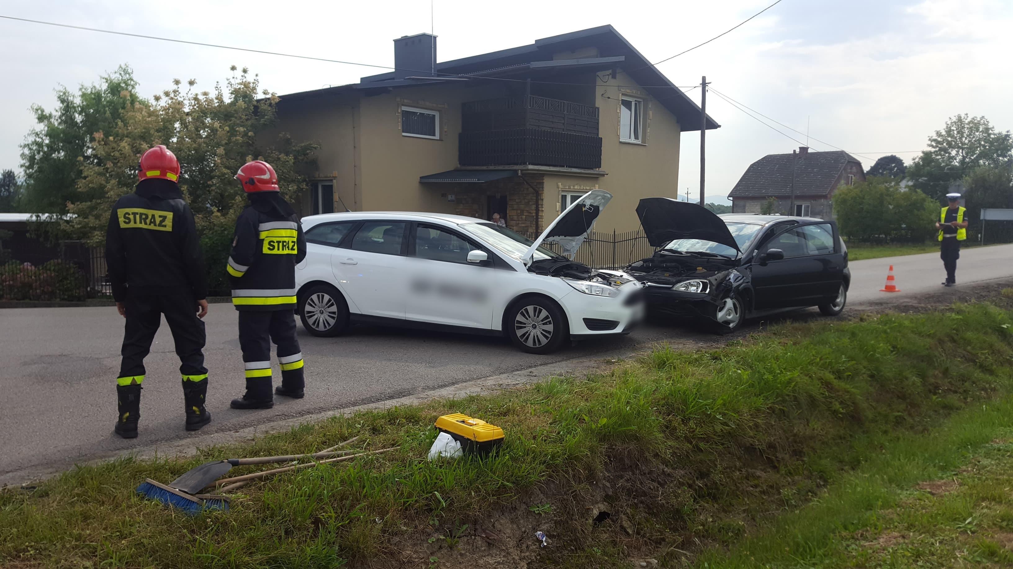 Dwa samochody roztrzaskane na kolizyjnym skrzyżowaniu w Gierałtowicach [FOTO]