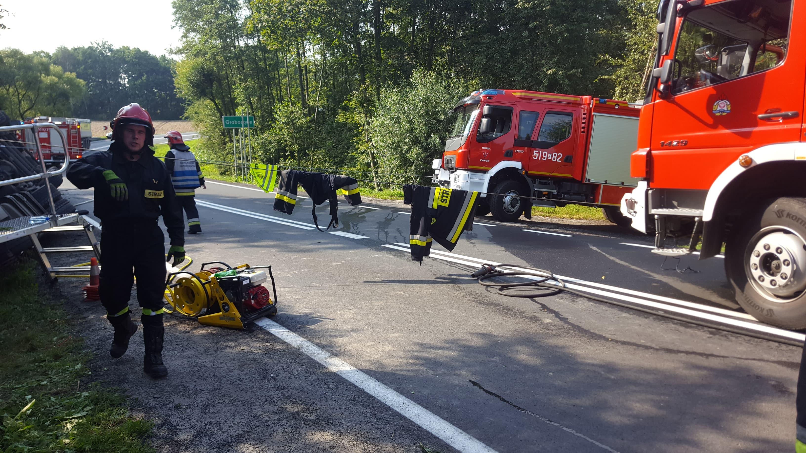Ciężarówka przewróciła się na bok i wpadła do rowu. Droga krajowa zablokowana [FOTO]