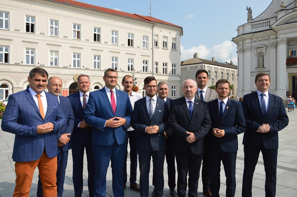 PiS przedstawił kandydatów na burmistrzów i wójtów