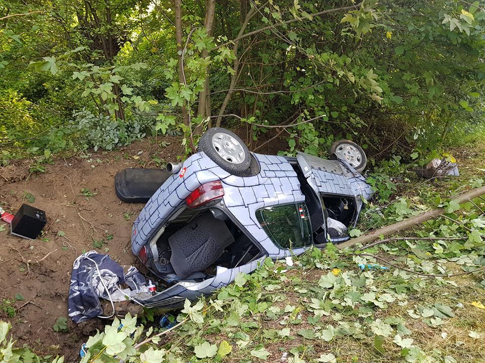Samochód dachował w zaroślach, dwie osoby poszkodowane [FOTO]