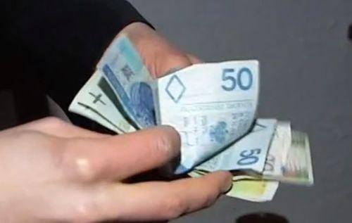 Znaleziono pieniądze na andrychowskim osiedlu. Czekają na właściciela na komisariacie