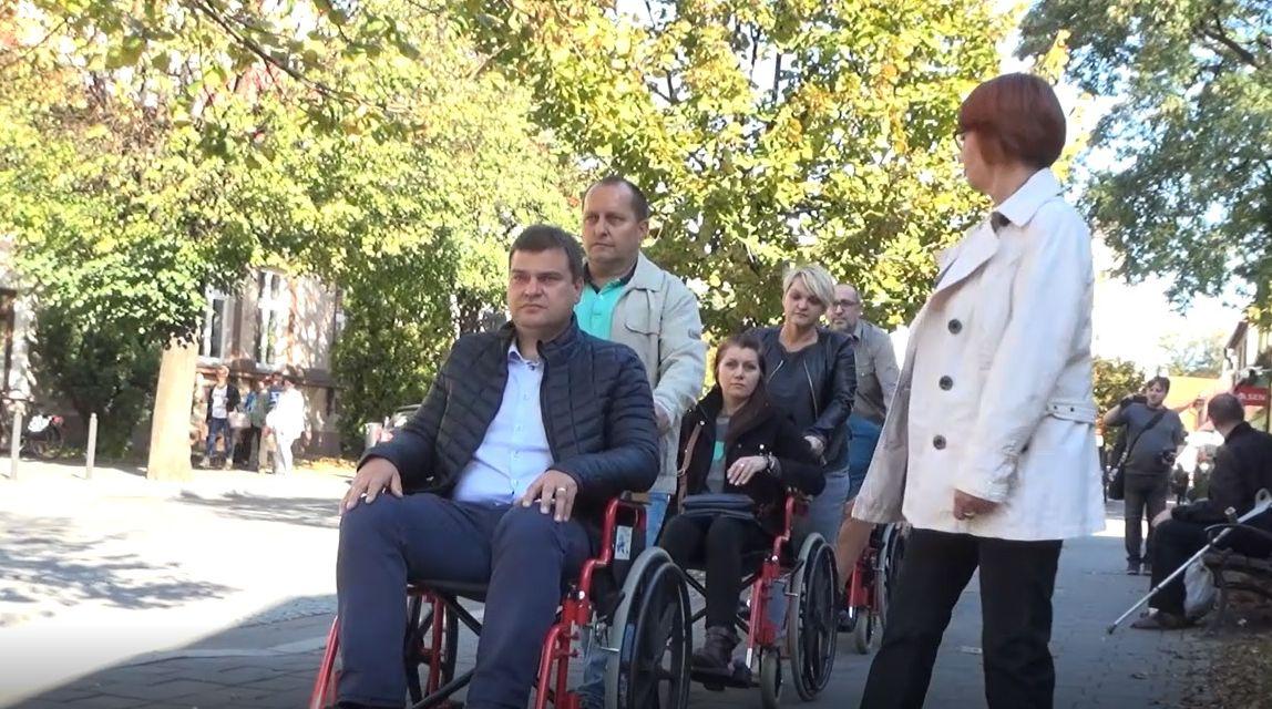 Przez Andrychów na wózku inwalidzkim. Przedwyborcza akcja