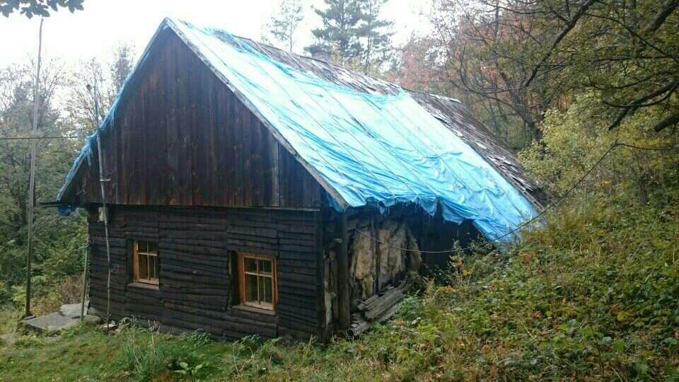 Dramatyczna sytuacja mieszkańca. Wichura zdmuchnęła dach z jego domu, a idzie zima [FOTO]