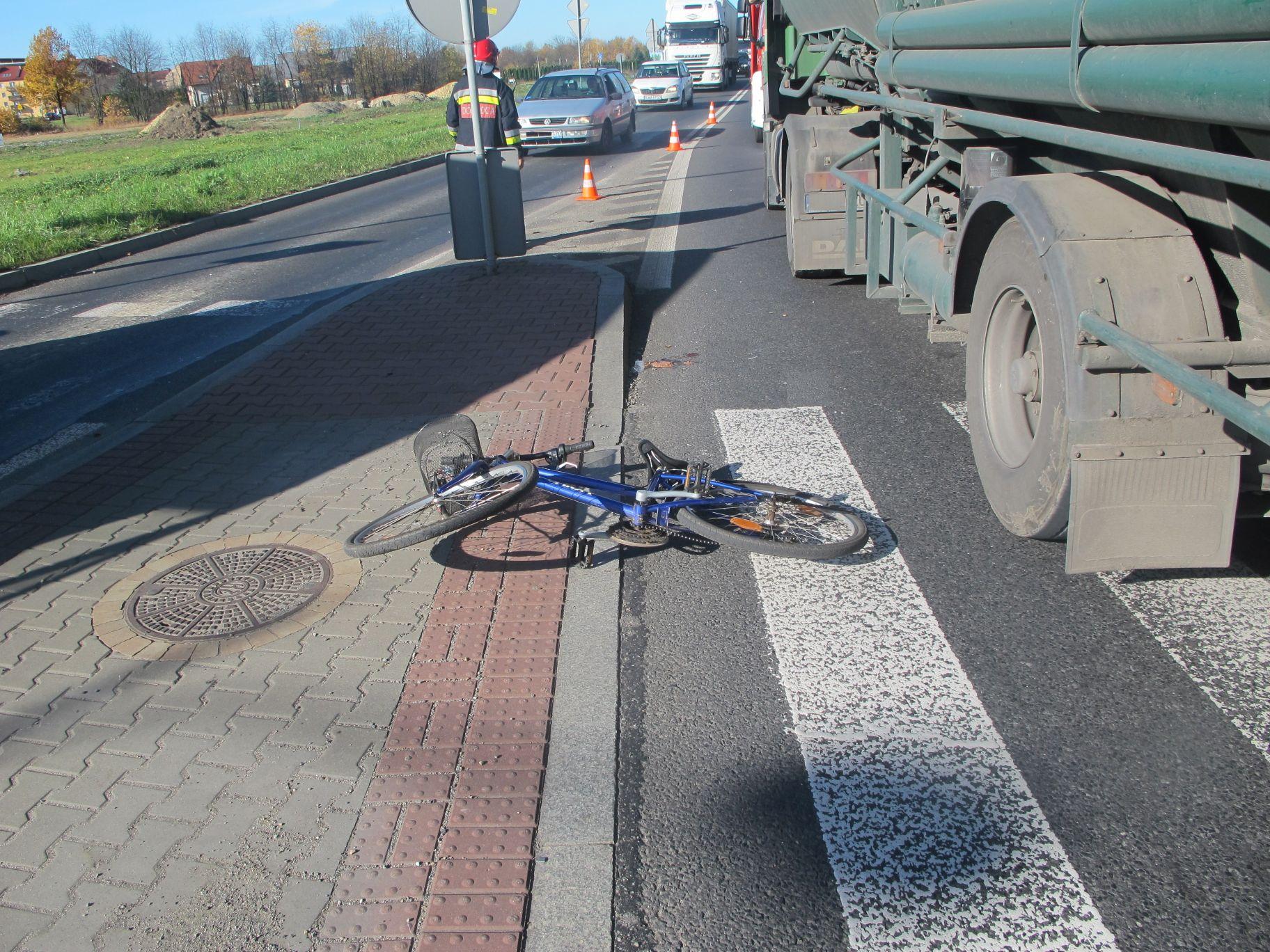 Zderzenie rowerzystki z naczepą ciężarówki [AKTUALIZACJA]