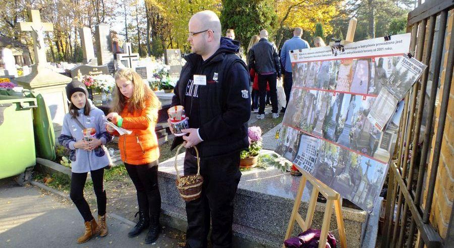1 listopada dwie kwesty na andrychowskim cmentarzu