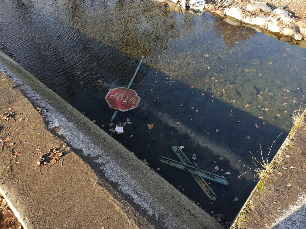 Interwencje mamNewsa.pl. Znak w rzece i zdewastowana toaleta