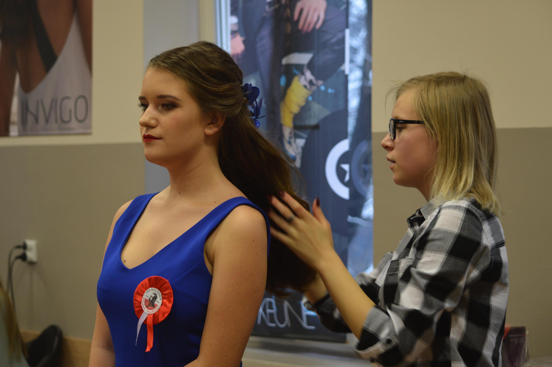 Tak powinna wyglądać fryzura na bal z okazji 100-lecia odzyskania niepodległości [FOTO]