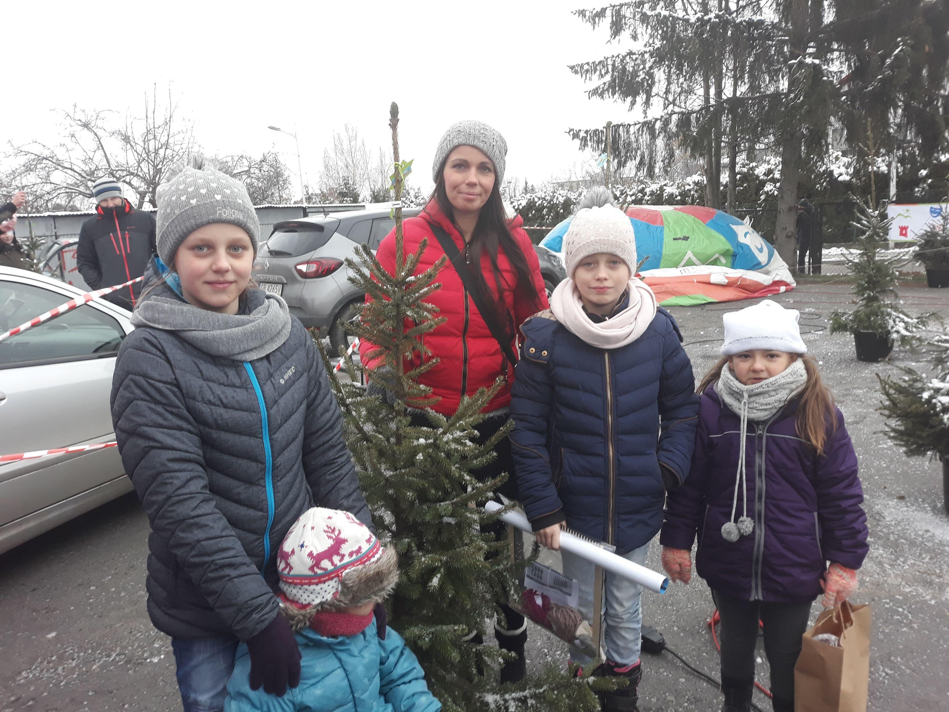Choinki na święta od mamNewsa.pl rozdane w Andrychowie [FOTO]