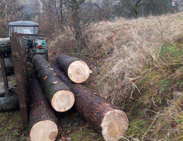 Wypadek podczas transportu drewna. Poszkodowany mężczyzna
