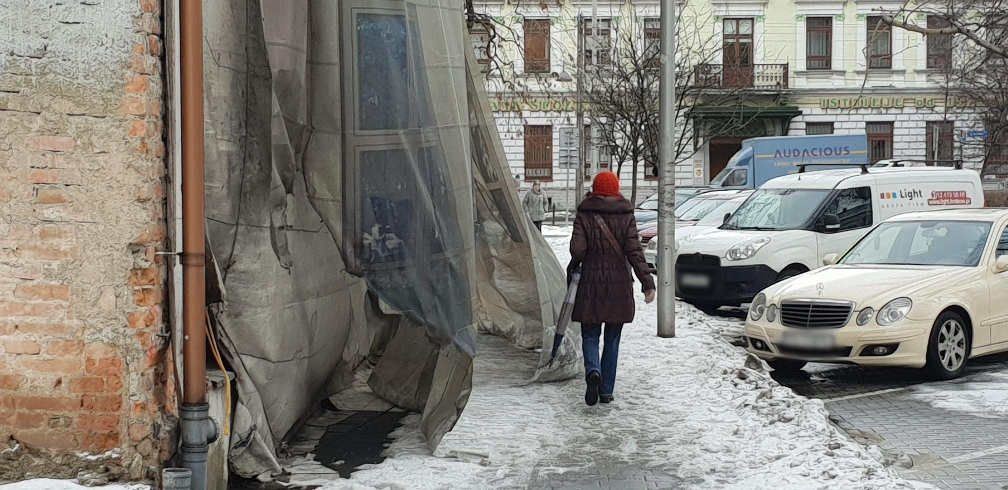 Płachta nadal niebezpieczna. Wątpliwa wizytówka centrum Andrychowa