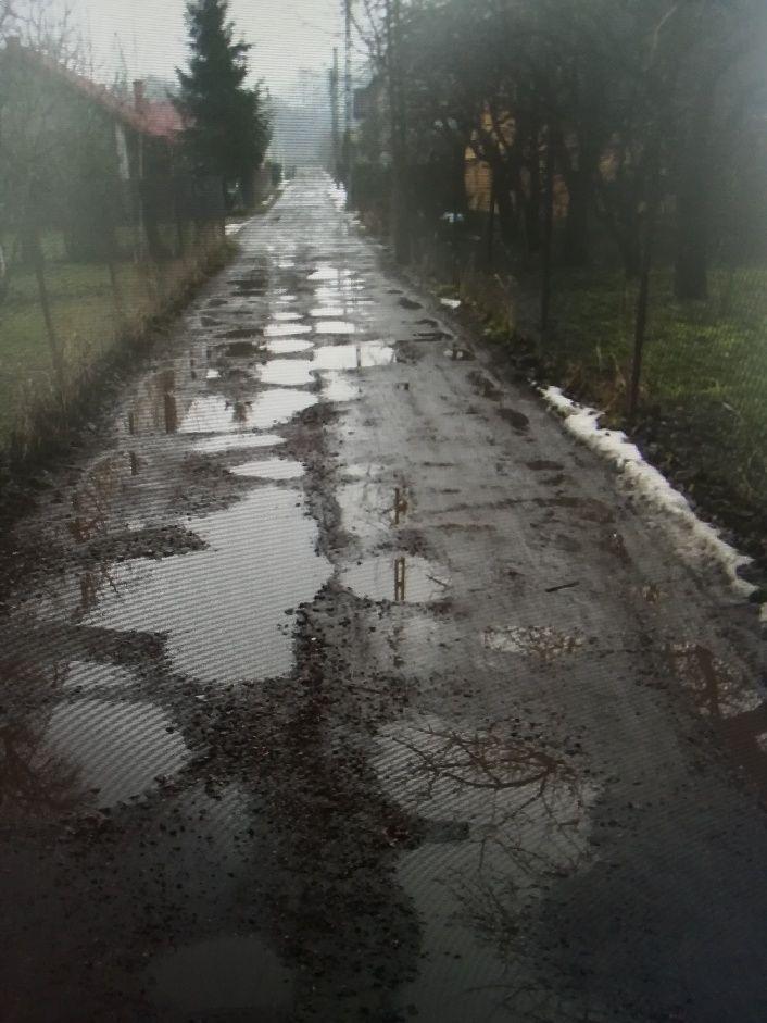 Tak wygląda jedna z dróg, jak pole minowe