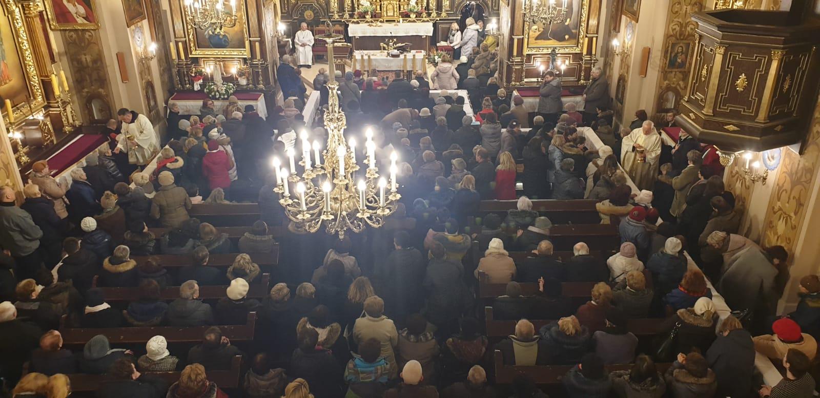Kilkaset osób przybyło do klasztoru w Kętach, by uczestniczyć w specjalnej mszy o uzdrowienie [FOTO]