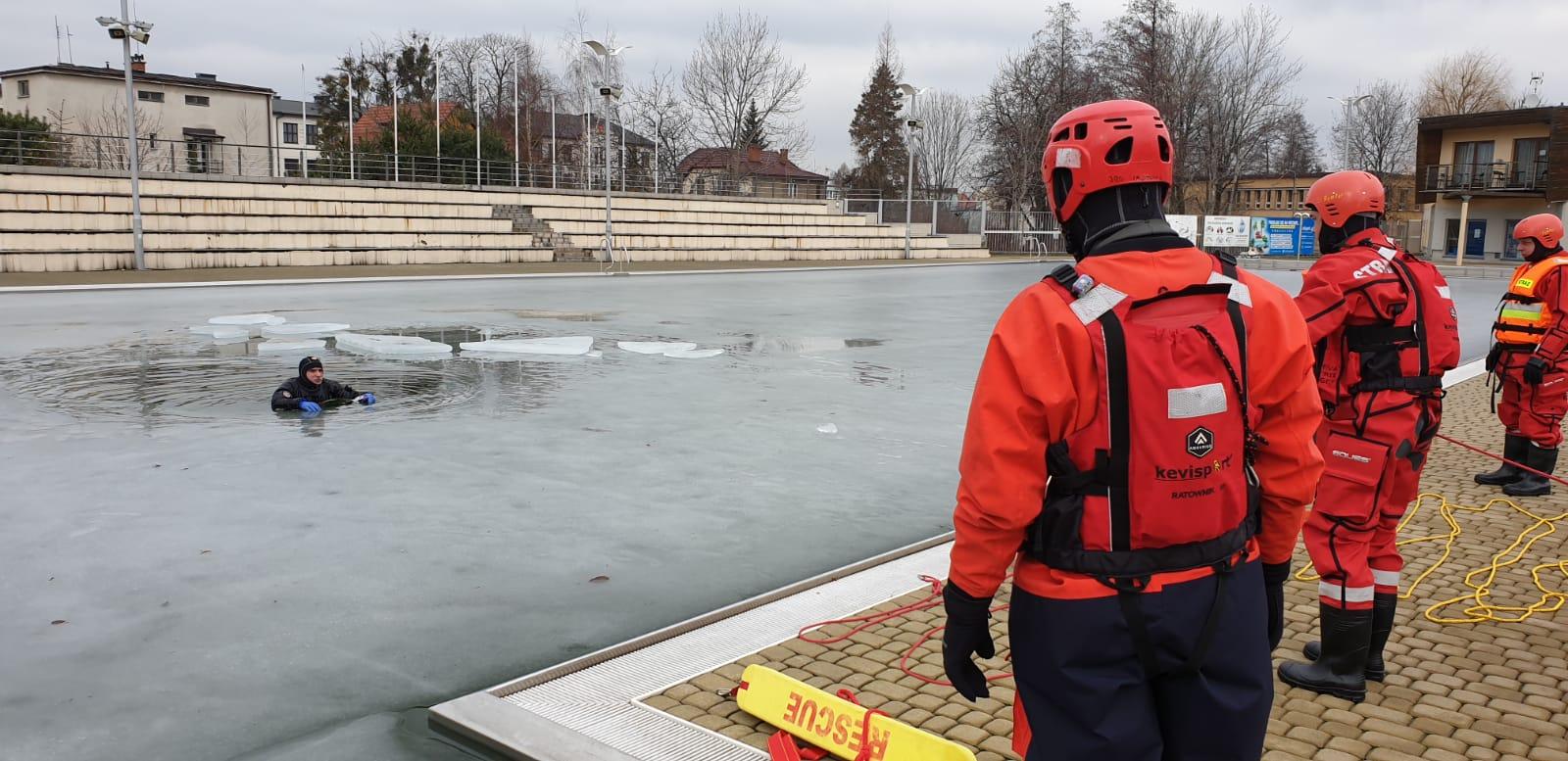 Ratownictwo lodowe na basenie w Andrychowie [FOTO]