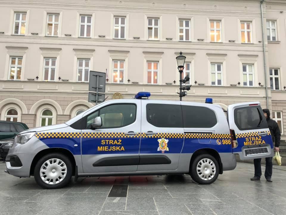 Straż Miejska ma nowy wóz ze specjalnym przedziałem do transportu osób zatrzymanych