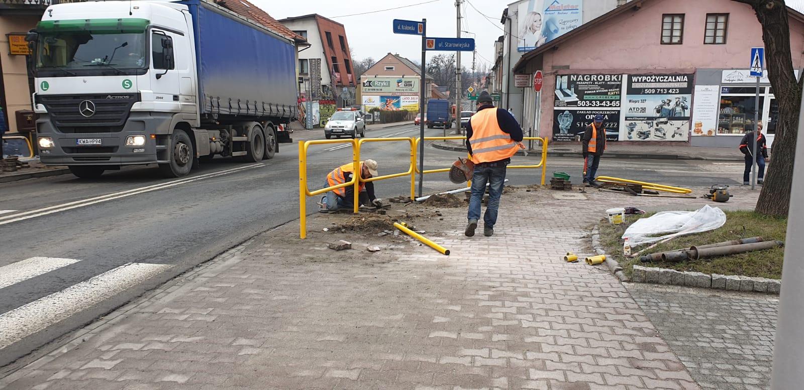 Główna ulica w Andrychowie osłupkowana. Będzie bezpieczniej? [FOTO]
