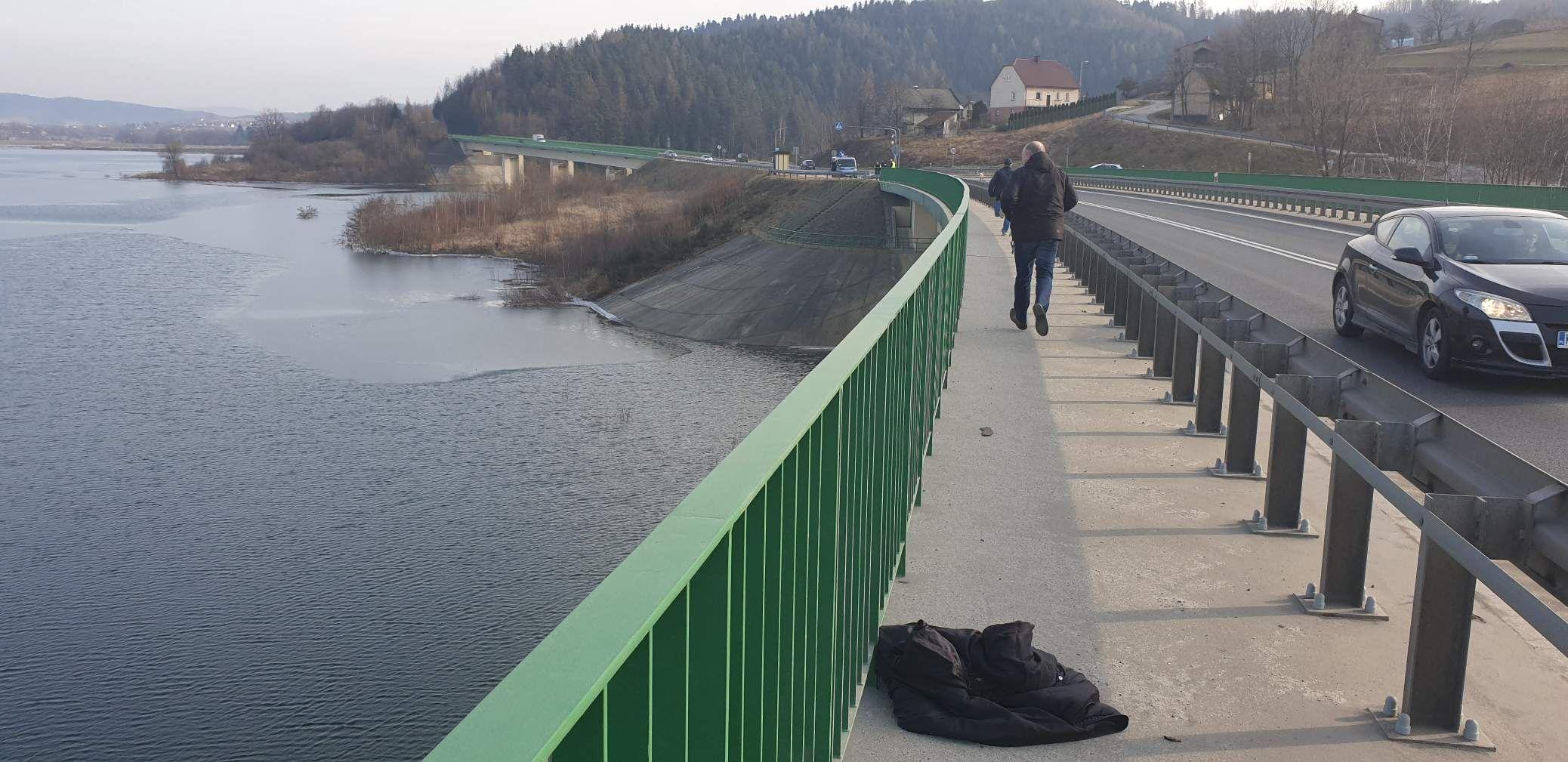 Dramatyczna sytuacja nad zaporą. Kobieta skoczyła z mostu