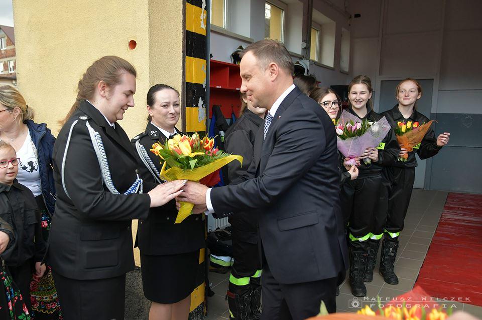 W Dzień Kobiet prezydent z małżonką odwiedzili strażaczki z OSP [FOTO]