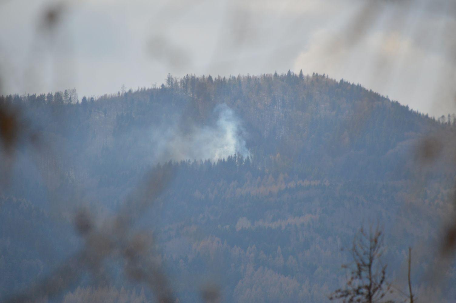 Kłęby dymu w górach