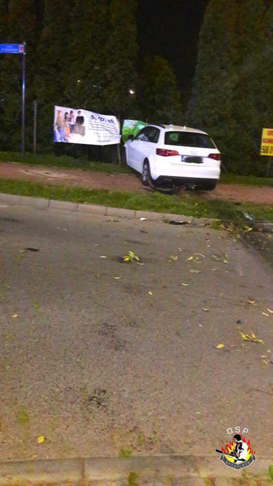 Pijany kierowca skasował znak, przyjechał przez rondo i uderzył w ogrodzenie liceum