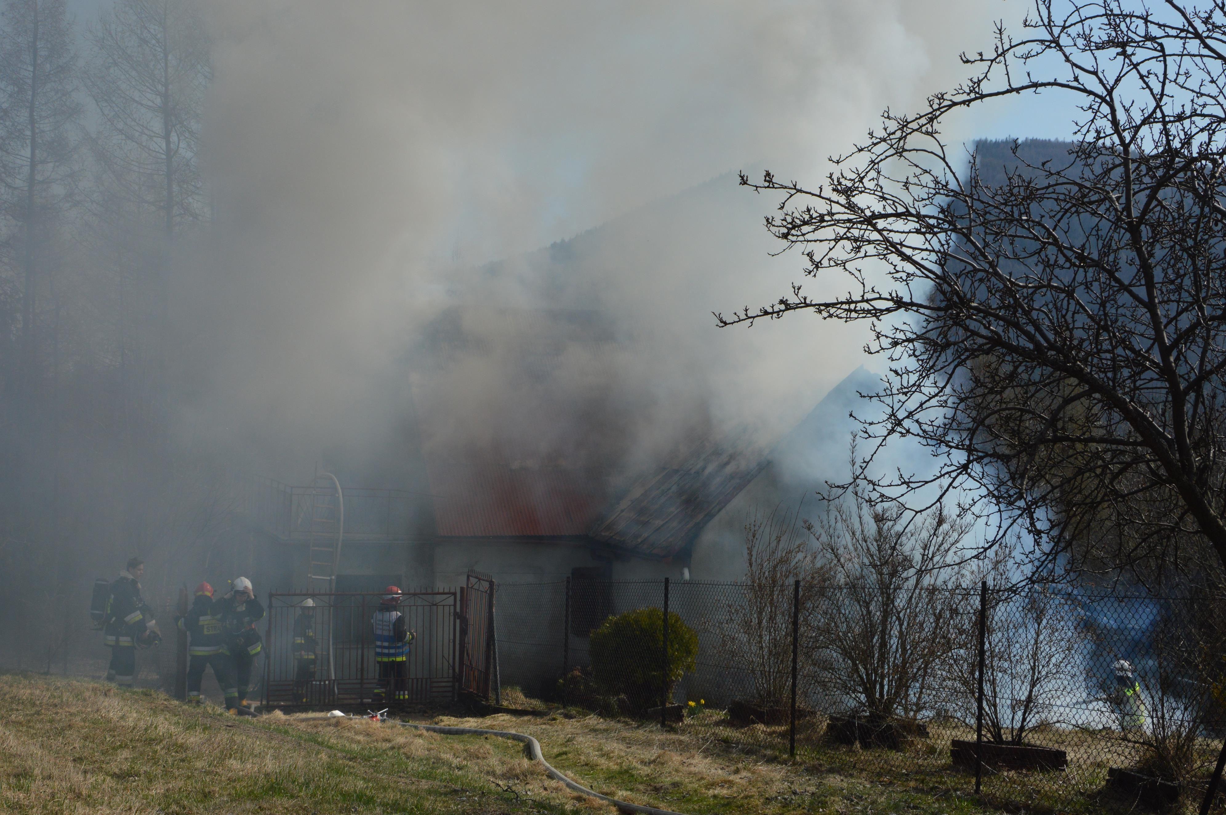 Pożar domu, strażacy w akcji [FOTO]