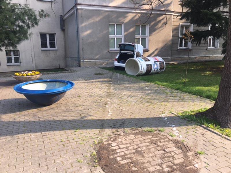 Samochód uderzył w budynek liceum