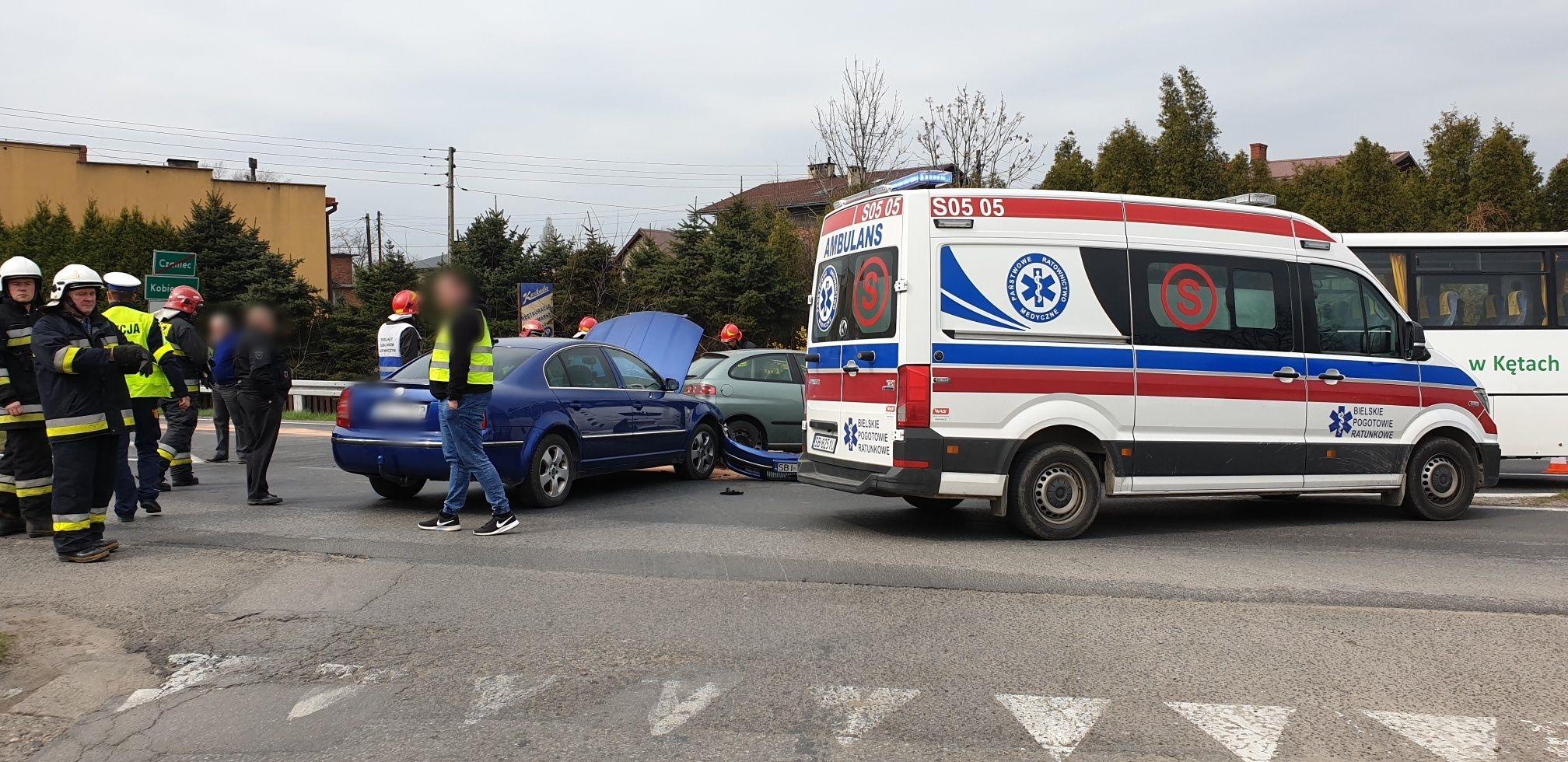 Zderzenie na skrzyżowaniu. Dwa samochody osobowe i autobus