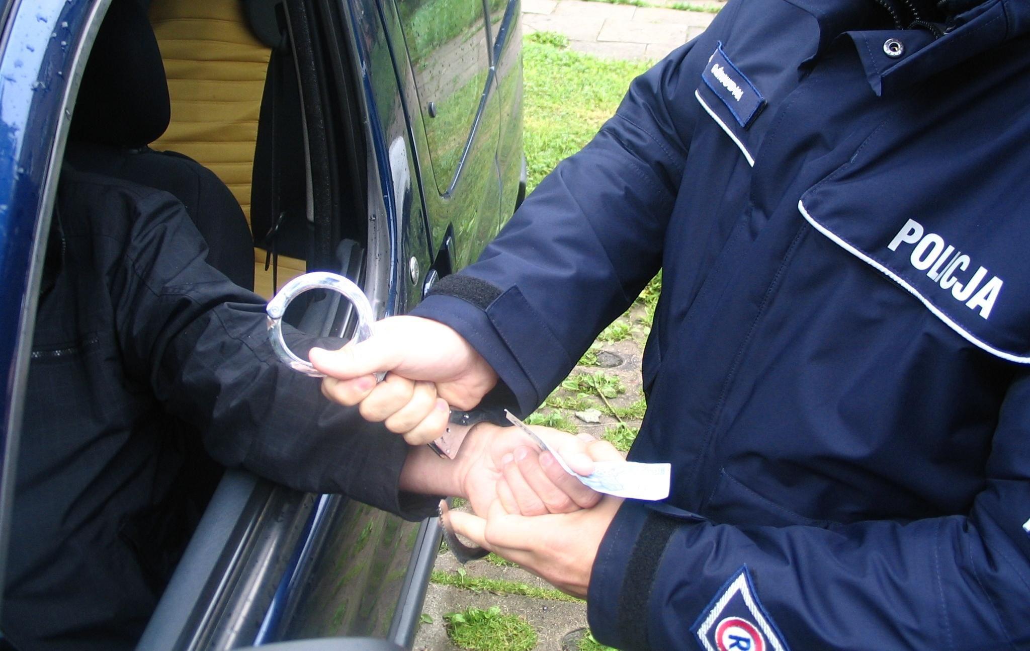 Nie chciał mandatu, chciał wręczyć policjantowi łapówkę. Nie przeszło