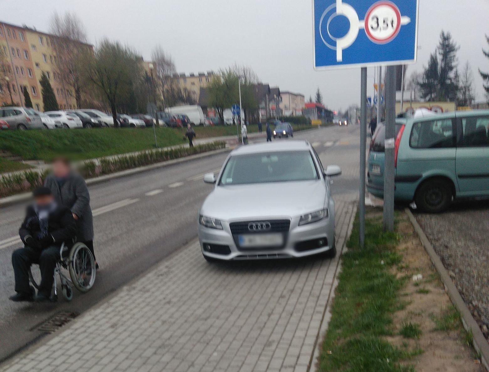 Tak niektórzy parkują. Piesi muszą wchodzić na jezdnię, a droga jest ruchliwa [FOTO]