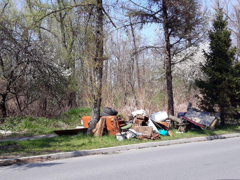 Wywóz gabarytów dopiero pod koniec maja, a już rosną góry odpadów