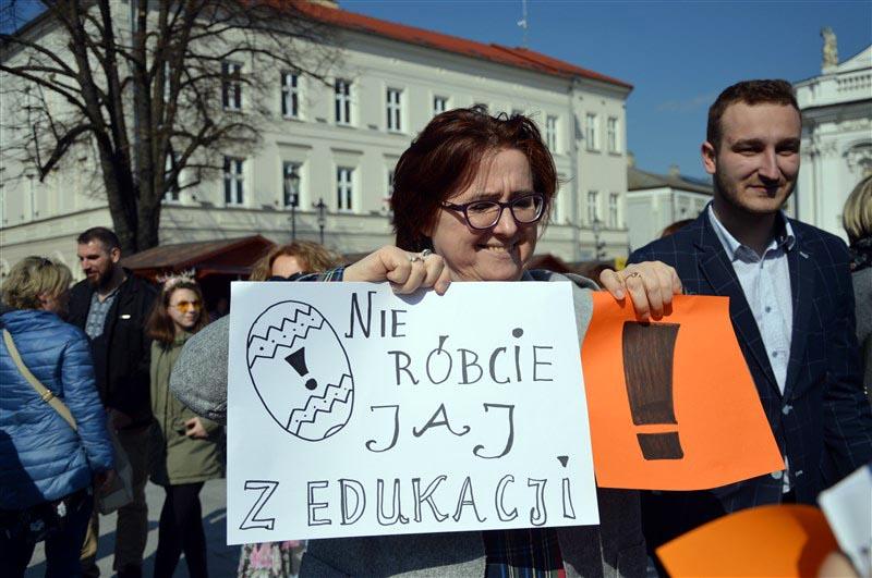 Mieszkańcy wyszli na rynek. Milczący marsz poparcia dla nauczycieli