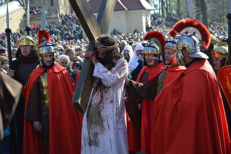 Wielki Piątek w Kalwarii Zebrzydowskiej. Ostre kazanie o 'lewackim hejcie' i atakach na Kościół [FOTO]