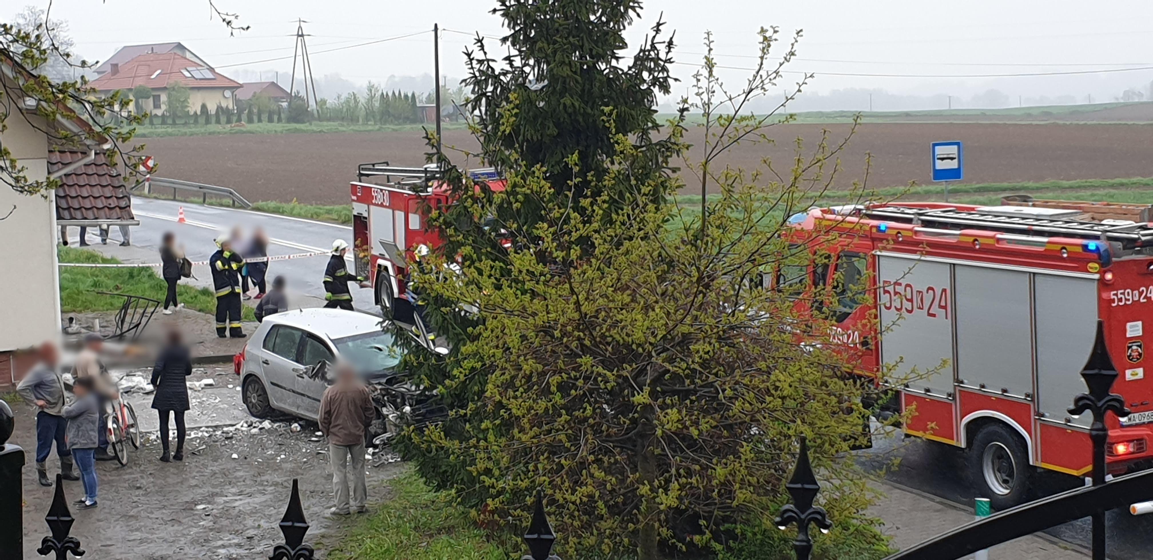 Samochód wjechał w budynek [FOTO]
