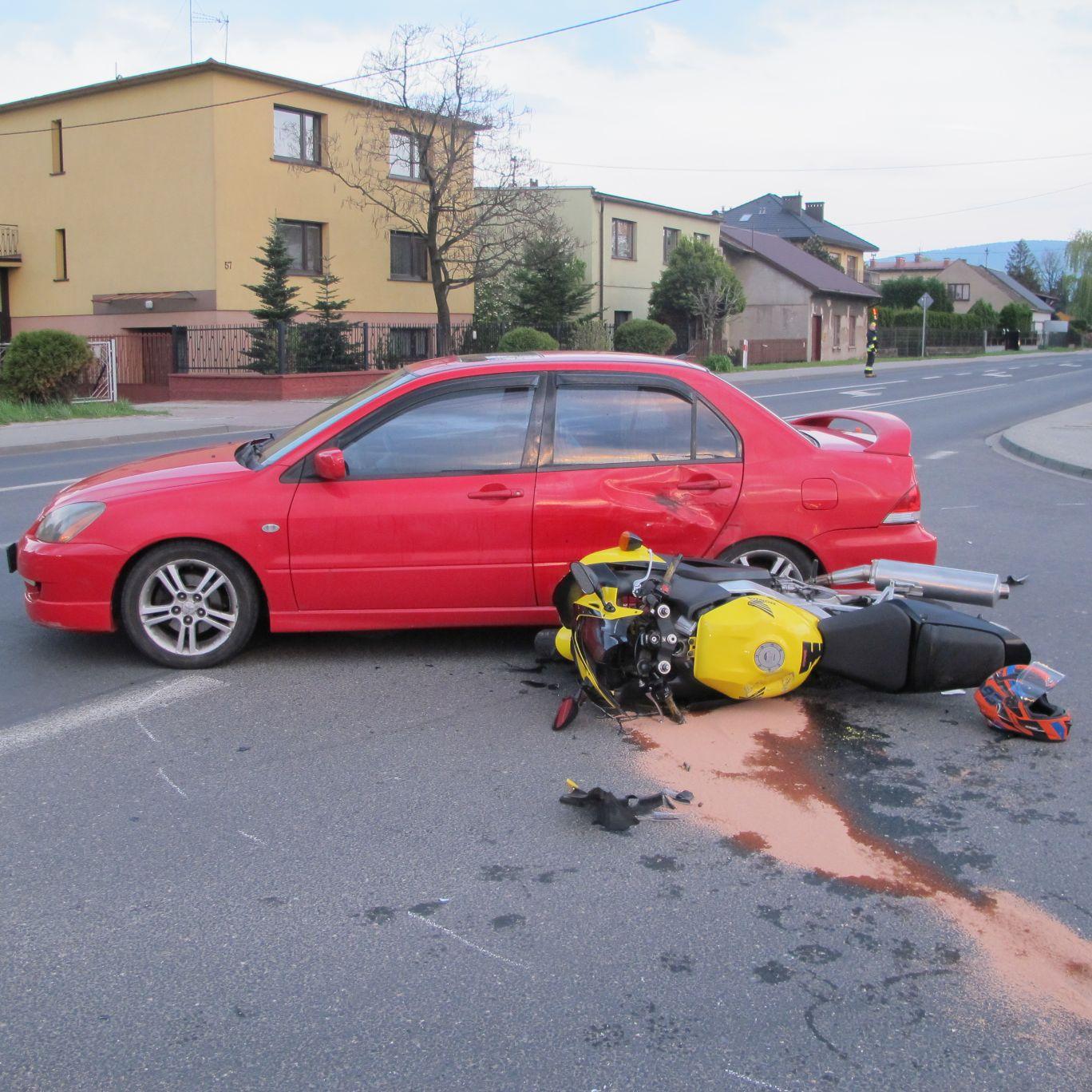 Wypadek w Kętach. Zderzenie samochodu z motocyklem [FOTO] [AKTUALIZACJA]