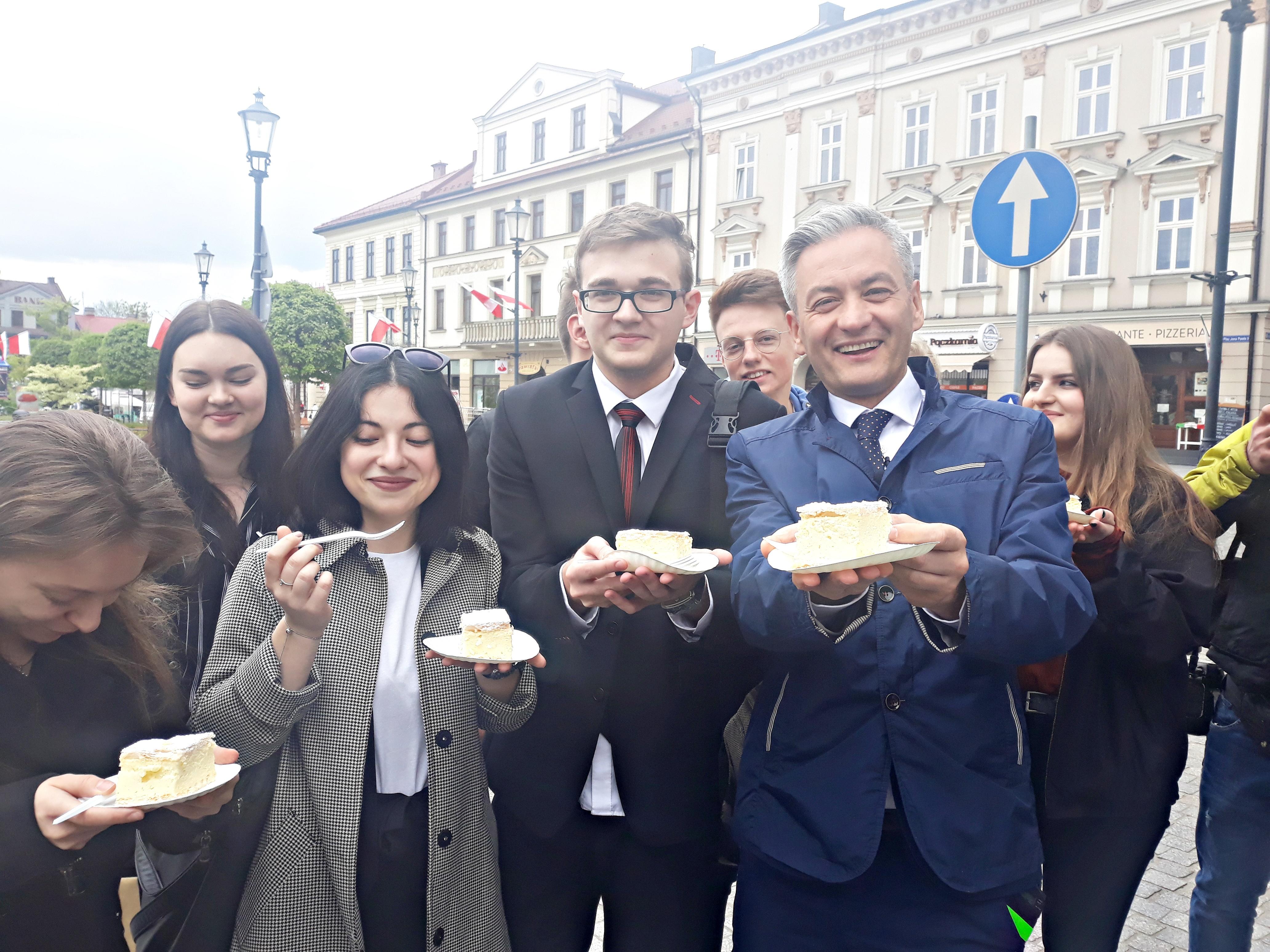 Robert Biedroń na kremówce w Wadowicach. Co sądzi o wadowickiej komunikacji miejskiej? [FOTO]
