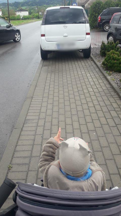 Rodzice i dzieci uprzejmie proszą, aby tak nie parkować!