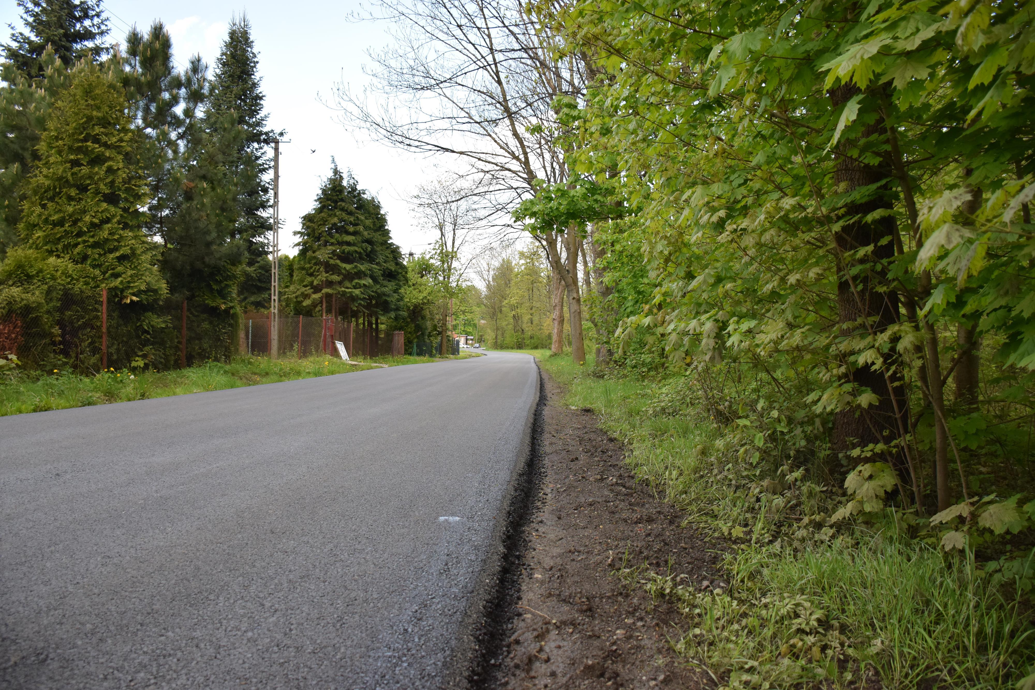 Mieszkańcy się doczekali. Wylano asfalt prawie na samym końcu wsi [FOTO]