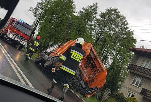 Od rana sporo kolizji na drogach, śmieciarka w tarapatach