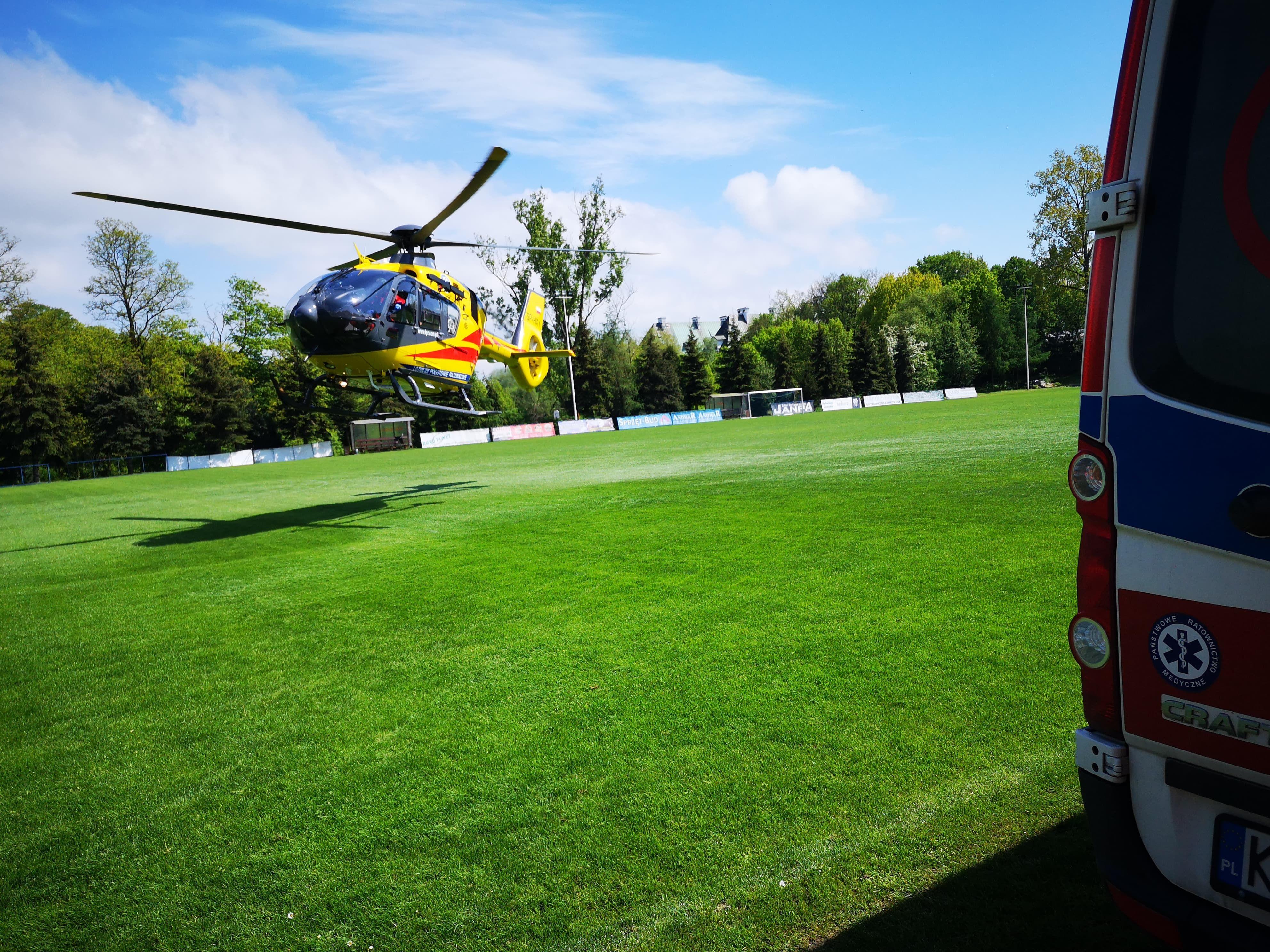 Śmigłowiec ratowniczy lądował na boisku, zabrał pacjenta do szpitala