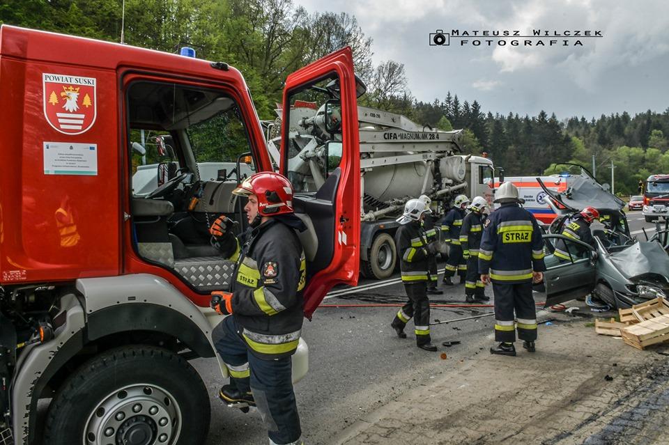 Zderzenie osobówki z betoniarką na drodze krajowej [FOTO] [AKTUALIZACJA]