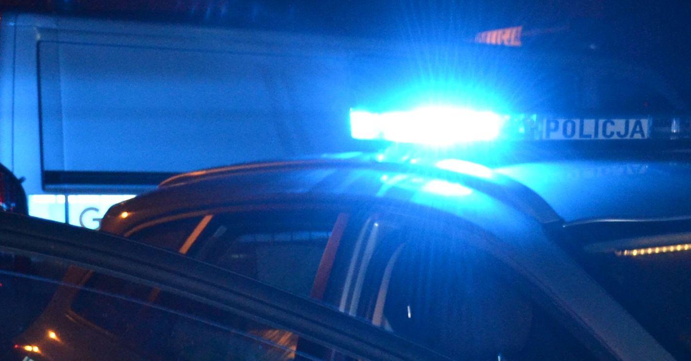 Pijany kierowca uciekał przed policją. Roztrzaskał auto na słupie