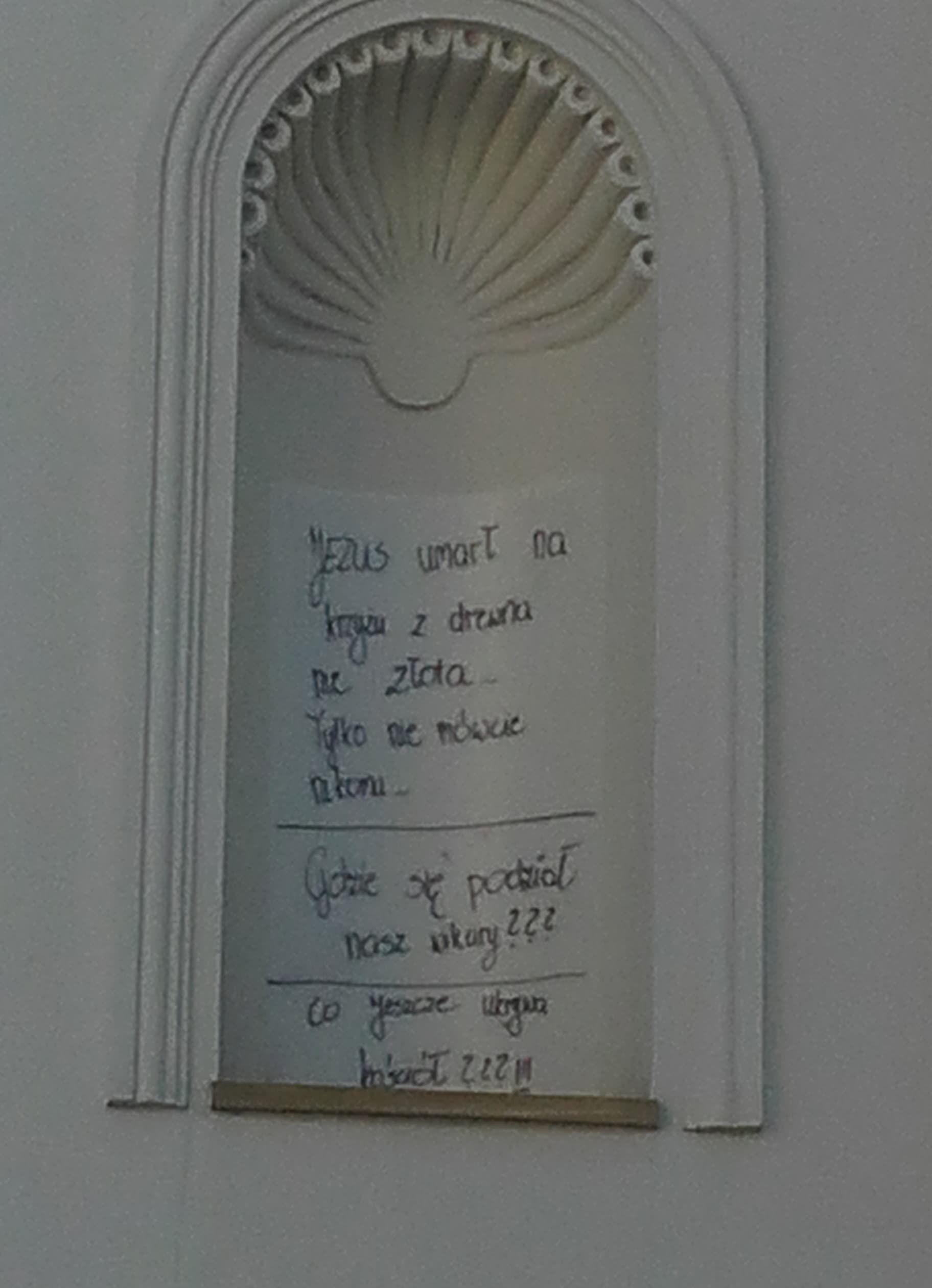 Nerwowo w Zagórniku, tajemnicza kartka na ścianie kaplicy. Co tak poruszyło mieszkańców?