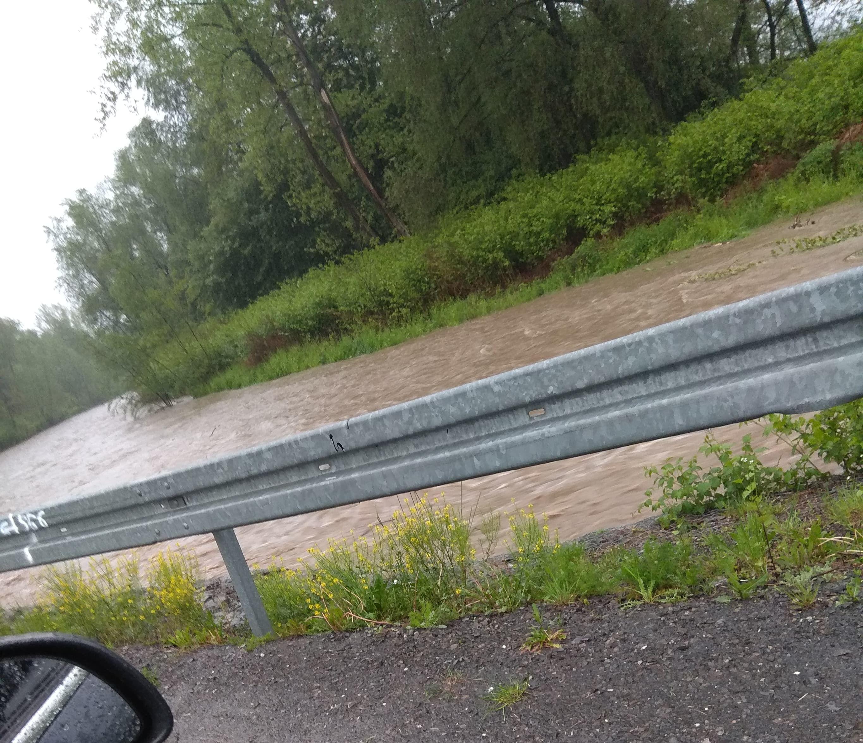 Ciągle pada, przybywa wody w rzekach, strażacy już w akcji [FOTO] [AKTUALIZACJA]
