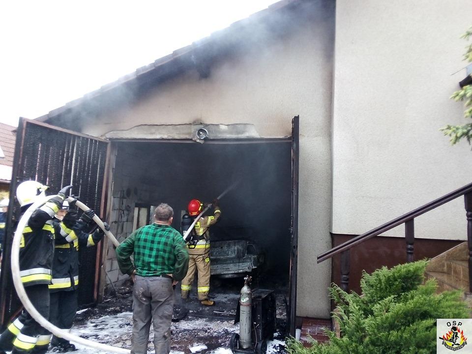 Pożar garażu, zagrożony był dom [FOTO] [AKTUALIZACJA]