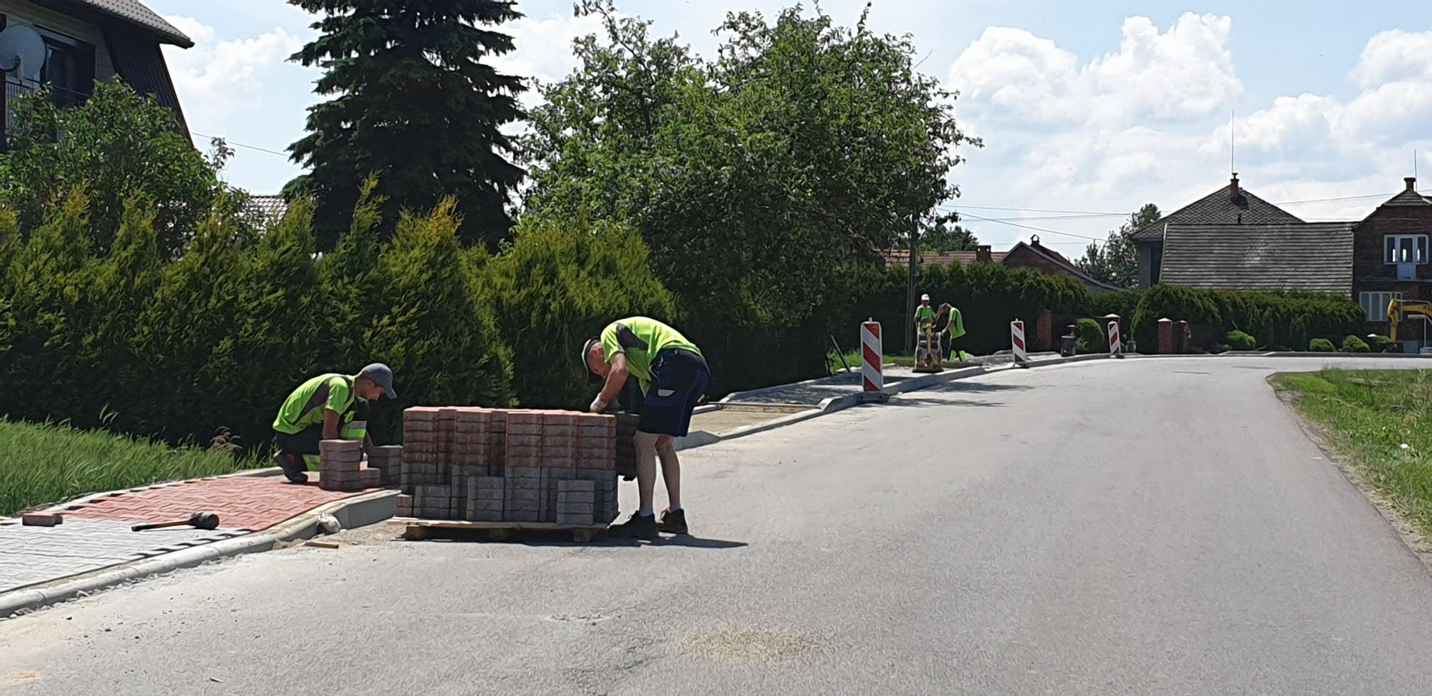 Budują chodnik wzdłuż gminnej drogi. Tam często dochodzi z wypadków [FOTO]